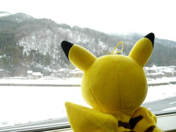 車内から雪景色を見るピカチュウの図
